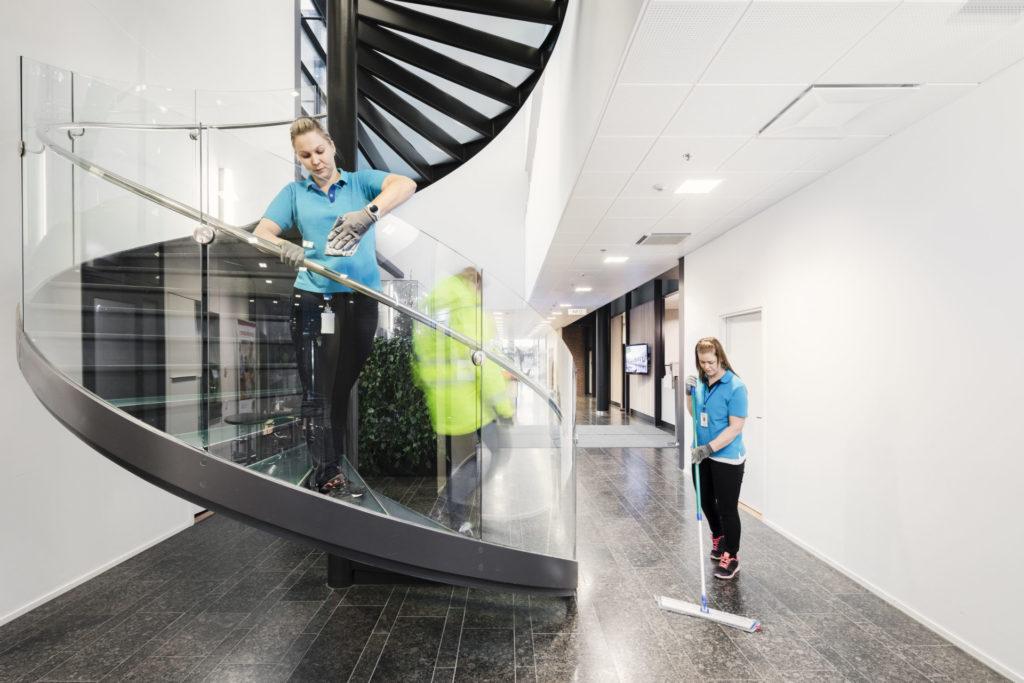 Porraussiivousta kahden siivoojan toimin modernissa taloyhtiössä Helsingissä